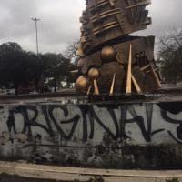 Roma, graffiti e immondizia vicino alla statua di Arnaldo Pomodoro