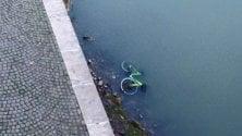 La bici del bike sharing finisce nel Tevere