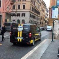 Roma, consegna simboli elettorali: minivan M5s alla fermata del bus per più di un'ora. Poi le scuse: