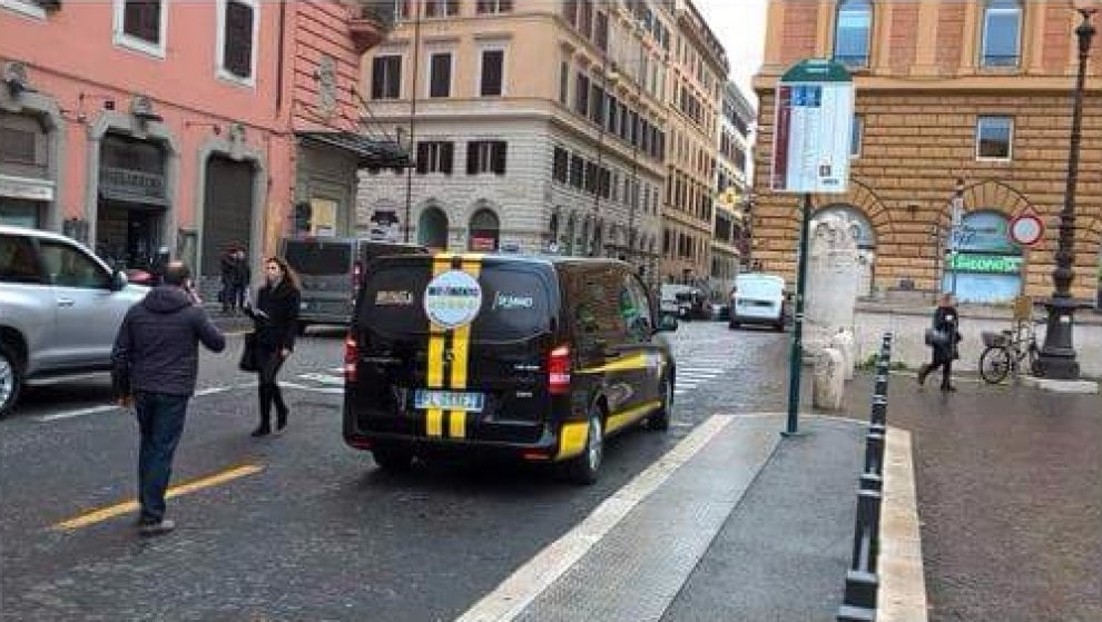 """Roma, consegna simboli elettorali: minivan M5s alla fermata del bus per più di un'ora. Poi le scuse: """"Pagheremo multa"""""""