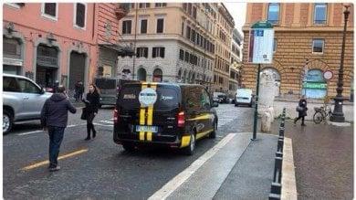 Consegna simboli elettorali, furgone 5S alla fermata del bus per un'ora e mezza