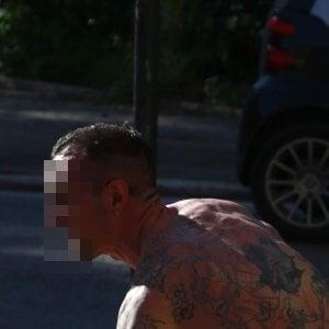 Roma, nudo dà in escandescenze: danneggia auto e ferisce agente. Denunciato