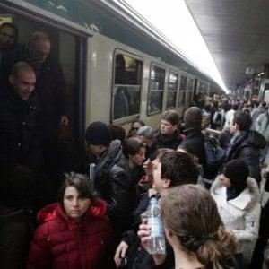 Guasto sulla Roma-Lido, pendolari si rifiutano di scendere dal treno e bloccano linea