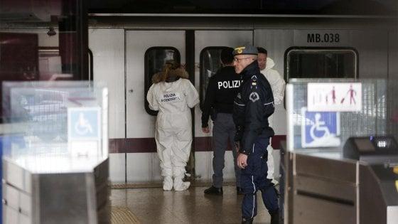 Roma, il video della donna spinta sotto il metrò