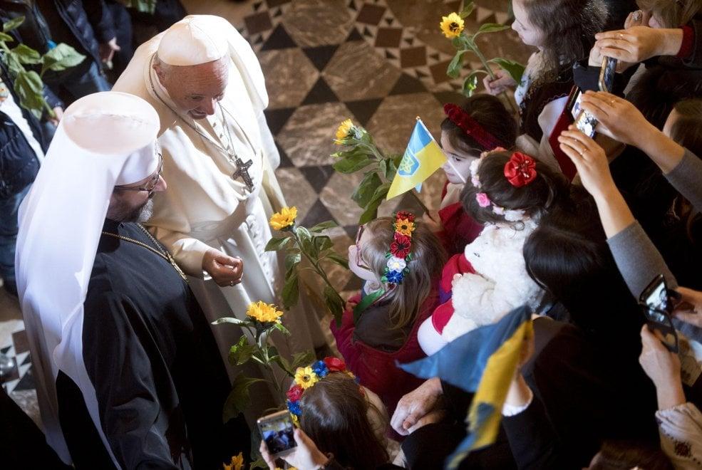 Roma, bagno di folla per il Papa nella basilica greco-cattolica di Santa Sofia