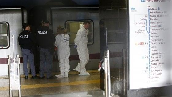 Roma, donna spinta sotto la metro: l'aggressore resta in carcere