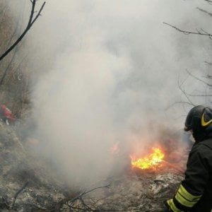 Roma, rifiuti a fuoco in campo nomadi sulla Tiberina