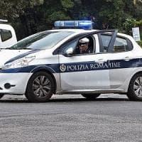 Roma, suv in retromarcia investe una ciclista: gravissima