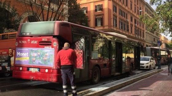 Roma, bus in fiamme in Prati: nessun passeggero ferito