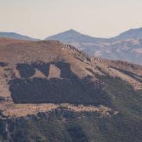 CasaPound sta 'riparando' la scritta Dux sul fianco del monte Giano: era bruciata ad agosto