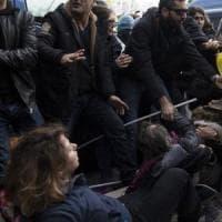 Roma, scontri tra manifestanti e polizia al sit-in di protesta per Erdogan: un ferito. Due fermati