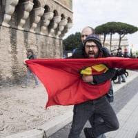 Erdogan a Roma, proteste e scontri al sit in. Ferito un manifestante