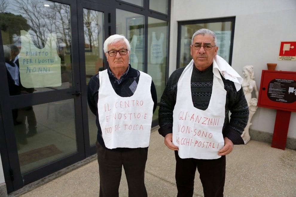 """A Roma nonni in trincea contro il Municipio: """"Dal centro anziani non ce ne andiamo"""""""