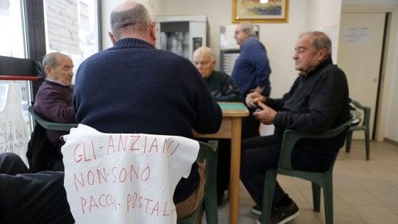 """Roma, quei 600 nonni sulle barricate: """"Sfrattati dai cinquestelle, ma noi restiamo qui"""""""