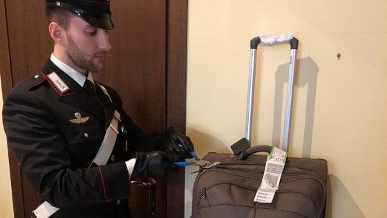 Roma, rubavano i trolley ai turisti dai bus per Fiumicino e Ciampino: arrestati