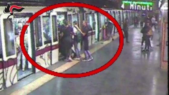 Roma, ragazzo di 16 anni pestato in metropolitana per una spinta: arrestati otto minorenni