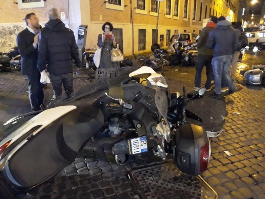 Roma, ubriaco in auto si schianta su decine di motorini