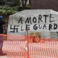 """""""A morte le guardie"""": scritte e svastica in via Fani sulla base della lapide per ricordare Moro"""