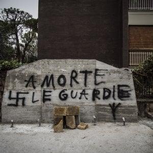 """""""A morte le guardie"""": oltraggio in via Fani al bas"""