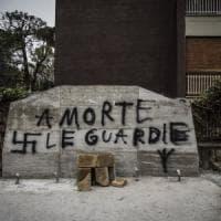 """""""A morte le guardie"""": oltraggio in via Fani al basamento della lapide per Moro"""