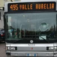 Aurelia, il bus non parte e un passeggero prende a sassate il parabrezza
