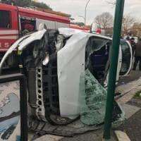 Roma, schianto in piazzale Clodio: taxi si ribalta