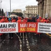 """Roma, Anpi in piazza per dire """"Mai più fascismi"""", ci sono anche Gentiloni e Renzi. Cobas..."""