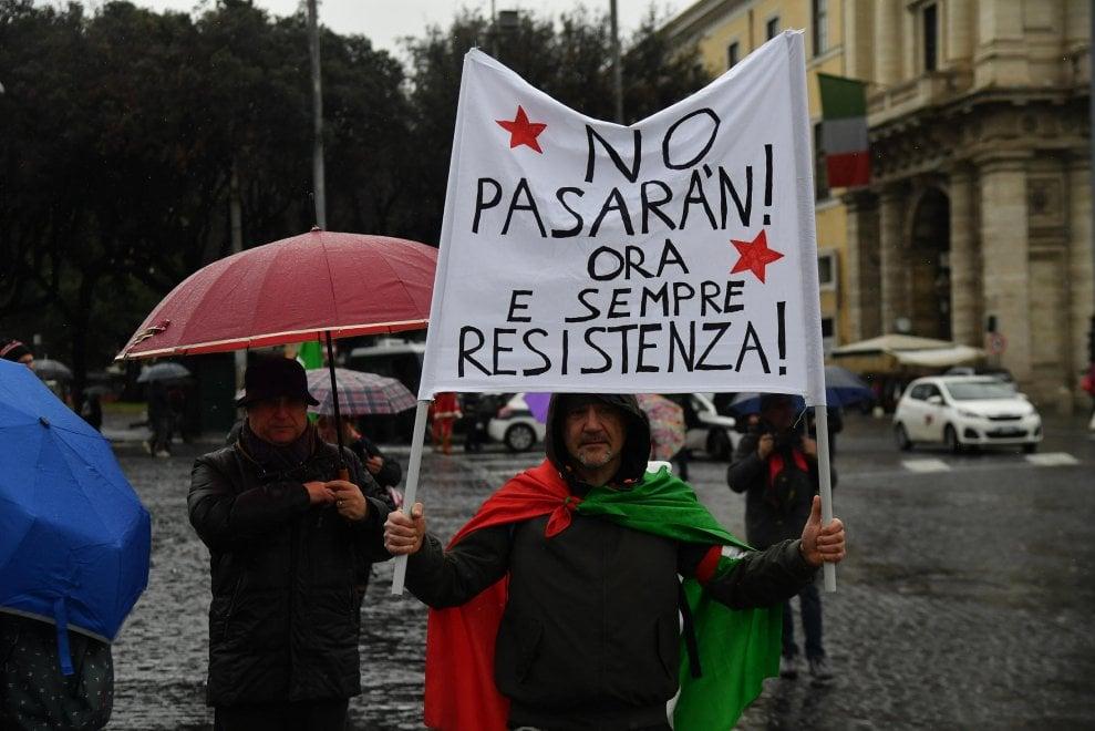 """Roma, il corteo Anpi """"Mai più fascismi, mai più razzismi"""""""