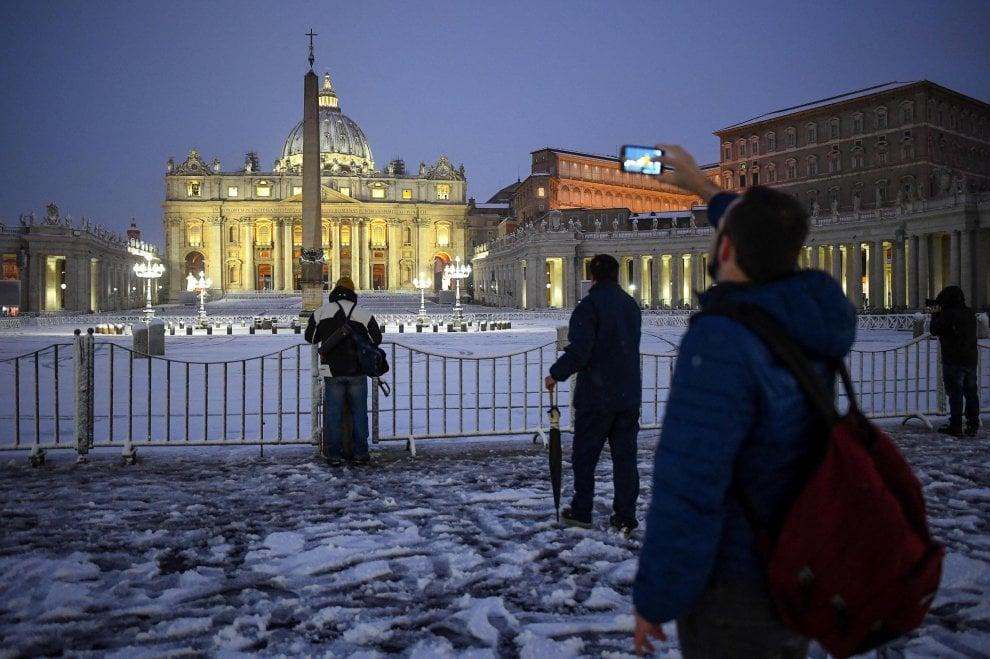 Roma, la magia della neve: i momumenti da San Pietro al Colosseo