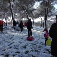 Slittini, snowboard e sfide a palle di neve: a Roma la magia di Villa Pamphili innevata