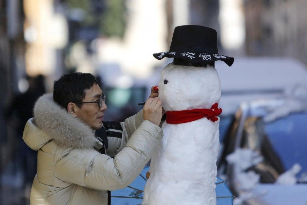 Baci, selfie, sci e pupazzi: cartoline da Roma sotto la neve