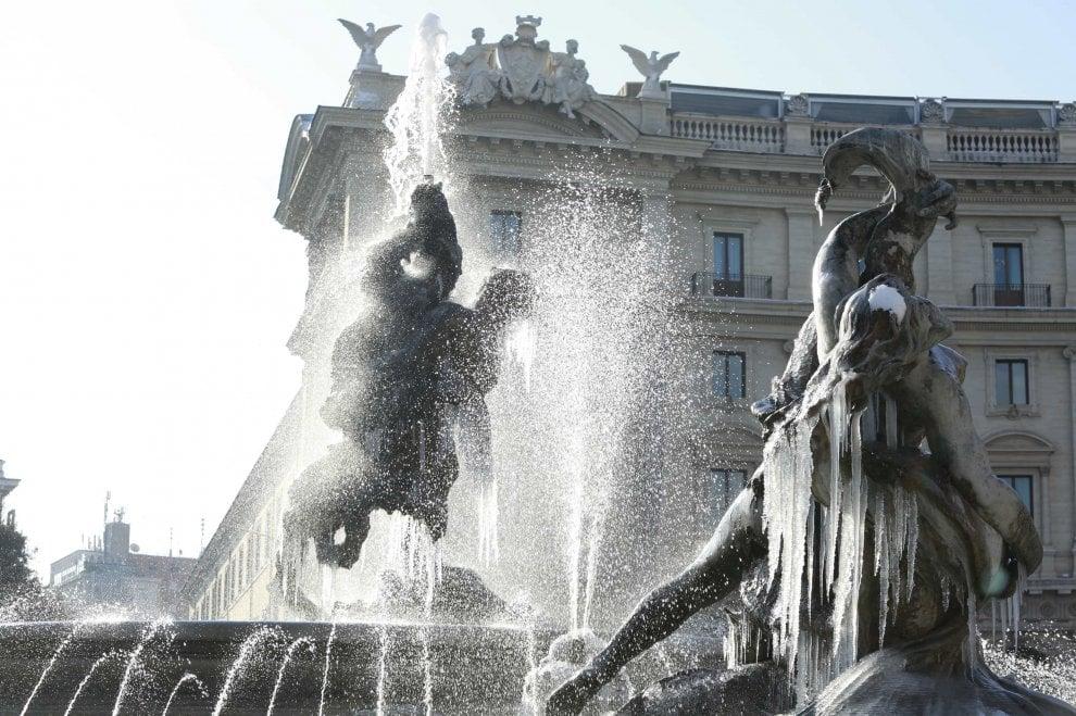 Dopo la neve, lo spettacolo delle fontane ghiacciate a Roma