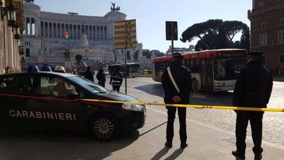 Roma, cadono calcinacci da un palazzo in piazza Venezia: nessun ferito