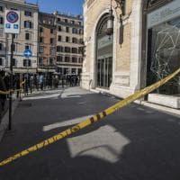 Roma, calcinacci giù da un palazzo in piazza Venezia