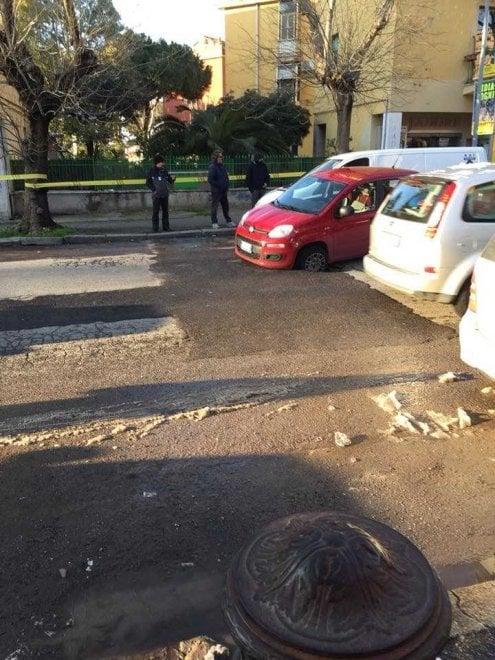 Roma, Acilia: auto parcheggiata resta incastrata in maxi voragine