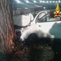 Roma, auto contro un albero a Tor Bella Monaca: morto un 20enne