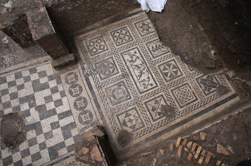Roma, stazione Amba Aradam: scoperti mosaici, affreschi e anelli d'oro. Ecco la casa del comandante