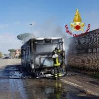Roma, bus in fiamme a Casal Palocco: nessun ferito