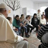 Roma, visita a sorpresa del papa alla Casa di Leda