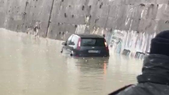 Roma, auto parcheggiata su una sponda del Tevere: il fiume la sommerge