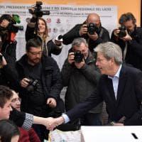 Elezioni, Gentiloni al voto assediato dai giornalisti