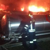 Pomezia, in fiamme capannone pneumatici. A Fiumicino a fuoco un locale per catering