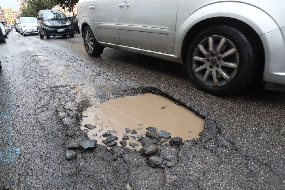Nuova emergenza buche a Roma, voragini piene d'acqua e traffico in tilt