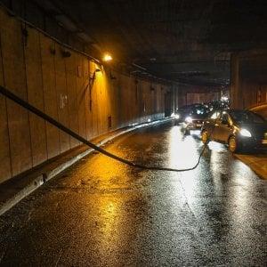Roma, cede cavo elettrico: chiuso per ore sottovia del Muro Torto. Traffico in tilt e lunghe code di auto