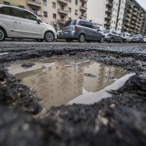 Dopo #cinebuche tocca a #karabuche, ironia in rete sulle strade di Roma