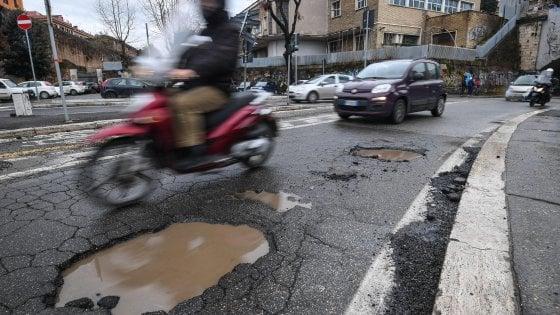 """Emergenza buche Roma, i tecnici del Comune: """"Provvedimenti immediati o chiusura per Portuense, Magliana e Battistini"""""""