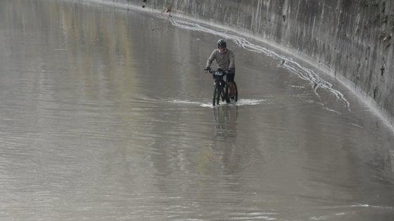 Roma, banchine del Tevere ancora inondate dall'acqua
