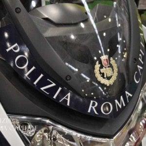 Roma, chiede elemosina ad auto in corsa:  vigili lo allontanano. Ma lui li aggredisce