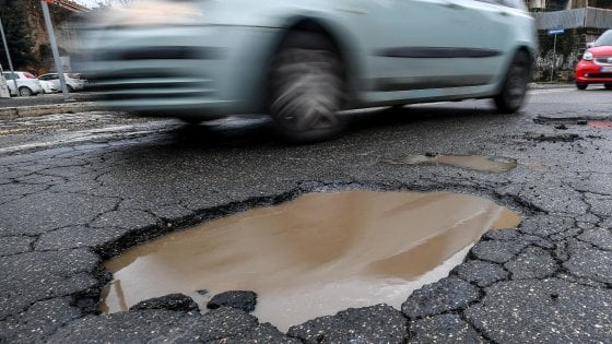 Roma, buche e pioggia: traffico in tilt in tutta la città. Crolla pino di 25 metri, strada chiusa
