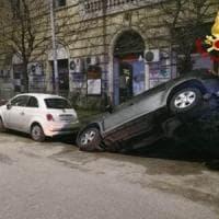 Roma, ancora strade martoriate dalle buche: suv finisce dentro voragine sulla Gianicolense